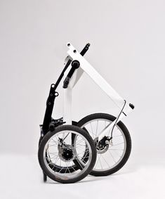 The Vienna Bike is an electrically assisted tricycle that rides with the feeling of a two-wheeler through its innovative steering and unique suspension system. This allows the bike to tilt easily to the right or left while riding it. Velo Design, Bicycle Design, Folding Bicycle, Bicycle Art, Materiel Camping, Adult Tricycle, Electric Tricycle, Pro Bike, Reverse Trike