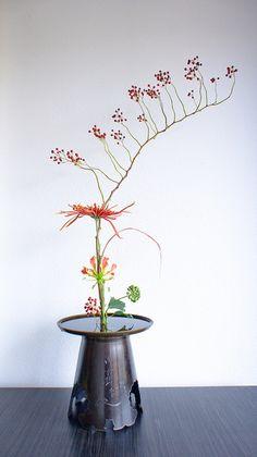'Mirror of fall' ikebana inspired floral arrangement by Otomodachi, via Flickr