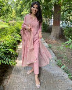 Simple Kurta Designs, Kurti Neck Designs, Kurta Designs Women, Stylish Dress Designs, Kurti Designs Party Wear, Designs For Dresses, Stylish Dresses, Casual Indian Fashion, Indian Fashion Dresses
