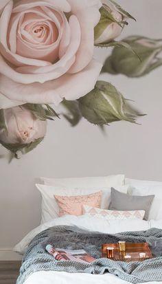 l'invidia Maggiore camera da letto. Questa rosa blush rosa carta da parati murales fa una dichiarazione sulle vostre pareti e porta un tocco femminile delizioso per la vostra casa. Coppia con accessori di colore grigio chiaro e tessuti per rompere il colore.