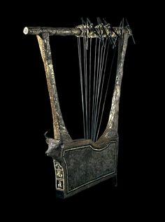 Questo imponente lira d'argento è stata realizzata in Mesopotamia (odierno Iraq meridionale) più di 4.000 anni fa. La musica era un aspetto importante di ogni celebrazione e occasioni rituali nell'antica Mesopotamia.