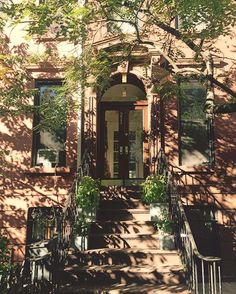 That time of day.  #brooklyn #nyc #brownstones #afternoons #architecture #fall #historichomes #newyorkcity #parkslope #cities #stoops #doors #6sqfttw