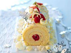 La bûche chocolat blanc fruits rouges - Marvel cake made for 2011 Christmas. Christmas Yule Log, Christmas Deserts, Holiday Desserts, Christmas Baking, French Christmas, Christmas Cakes, Chocolate Yule Log Recipe, Gastronomia, Pastries