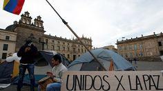 """Nach dem überraschenden Nein der Bevölkerung in der Volksabstimmung über den Friedensvertrag zwischen Kolumbiens Regierung und der FARC-Guerilla nehmen junge Bürger das Heft in die Hand. In Massenkundgebungen werben sie für einen """"Frieden von unten""""."""