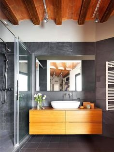 Decor modern într-o clădire din sec. Bathroom Kids, Grey Bathrooms, Budget Bathroom, Bathroom Renovations, Small Bathroom, Suite Principal, Elderly Home, Modern Farmhouse Bathroom, Beautiful Interiors