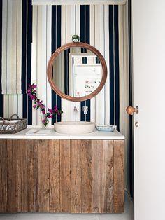 Baño de invitados en una villa de Mallorca, diseñado por Isabel López-Quesada. Mueble hecho a medida con madera antigua y lavabo de piedra. AD España, © Montse Garriga