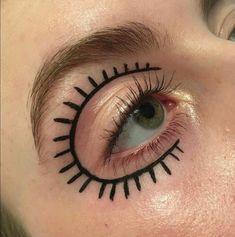 Tendance 2020 : cesliners graphiques qui nous font de l'œil, repérés surPinterest - Grazia Edgy Makeup, Eye Makeup Art, Clown Makeup, Cute Makeup, Pretty Makeup, Skin Makeup, Makeup Inspo, Makeup Inspiration, Beauty Makeup