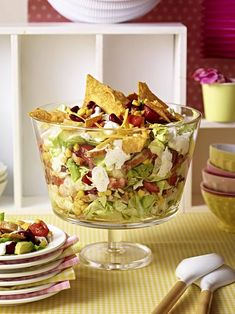 Mexican layer salad – Vera Gee Mexikanischer Schichtsalat Chicken, corn, kidney beans, salad, salsa and tortilla chips are deliciously layered Tortilla Chips, Healthy Chicken Recipes, Mexican Food Recipes, Ethnic Recipes, Healthy Eating Tips, Healthy Snacks, Salades Taco, Potato Crisps, Tasty