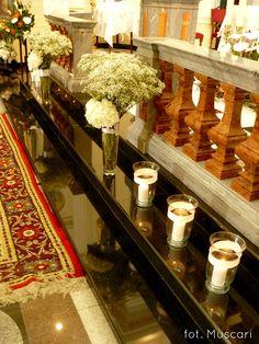 gipsówka i lampiony dekorujące ołtarz kościoła w Wilanowie