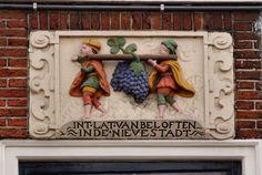 Gevelsteen INT LAT VAN BELOFTEN, Leiden. Photo by Pancras van der Vlist.