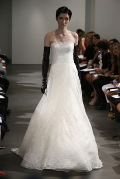 The 2014 Vera Wang bridal collection is full of strong statements - black and white dresses for a bride with attitude - love them or loathe them? Bridal Gowns, Wedding Gowns, Wedding Rings, Vera Wang Bridal, Elegant Gloves, Boho Gown, Bridal Jumpsuit, Latest Fashion Dresses, Bridal Fashion Week