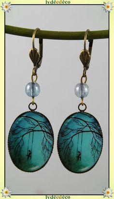 Boucles d'oreilles retro Fille sur balancoire noir turquoise en laiton et resine 18 x 25mm : Boucles d'oreille par lydeedeco