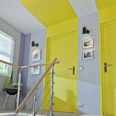 Du jaune citron pour rythmer un couloir