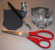 tutorial on how to make an awesome transformers cake!    http://cutesweetthings.blogspot.com/2011/03/easy-transformers-dark-chocolate-mud.html