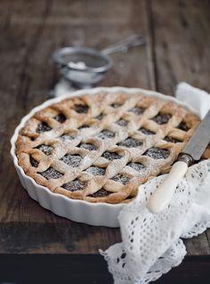 Crostata al cioccolato fondente: ottimo dolce per colazioni e merende golose, prova la ricetta di Agrodolce per preparare la crostata perfetta.