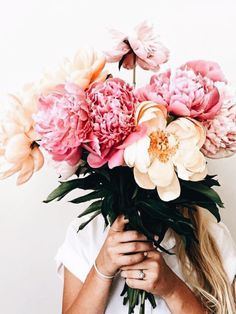 Gorgeous photos of floral arrangements to inspire you. Inspiration for your new floral tattoo to pretty floral backgrounds for your phone. Amazing Flowers, Flowers In Hair, Beautiful Flowers, Wedding Flowers, May Flowers, Bouquet Of Flowers, Beautiful Smile, Spring Flowers, No Bad Days