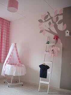 Babykamer in roze wit en taupe