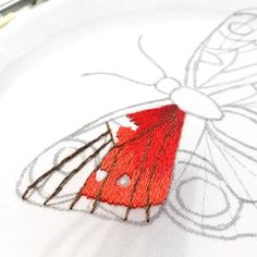 Diy Embroidery Patterns, Hand Embroidery Videos, Embroidery Stitches Tutorial, Embroidery Flowers Pattern, Butterfly Embroidery, Creative Embroidery, Embroidery Works, Silk Ribbon Embroidery, Crewel Embroidery