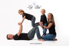 Photographe de famille en  studio photo professionnel . Un studio complètement aménagé pour le confort des bébés et de leur famille.