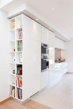 Librería a medida en cocina abierta