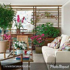 """Um #ambiente lindo... #Amei ! Da @revistacasaclaudia : """"A sala de estar tomou conta da varanda. Com móveis de madeira, sofá, tapete e flores, o espaço ganha em conforto e elegância. #revistacasaclaudia #decoração #varanda #sofá #flores""""  #charmosinho"""