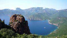 Golfo de Girolata (Francia).  Golfo del Mar Mediterráneo situado en la isla francesa de Córcega. Está rodeado de enormes acantilados rojos de más de 300 metros de altura y cubierto de Maquis. Fue integrado en el Patrimonio de la Humanidad de la Unesco en 1983.