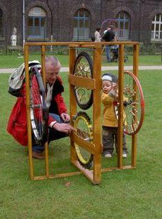 Instrument de musique roue de vélo. placer des objets (perles,...) pour créer un son lorsque l'enfant tourne le roue.