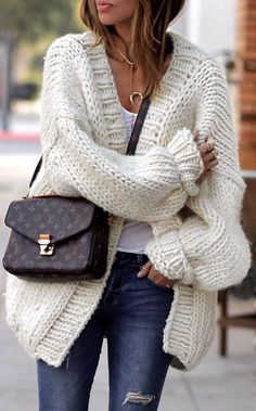 incredible winter outfit_white knit cardigan plu stop bag rips