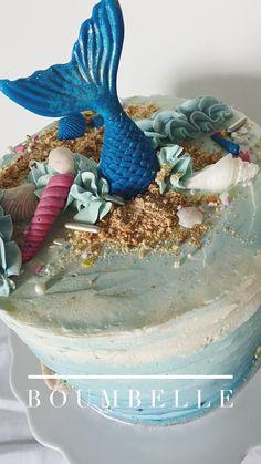 Das Törtchen ist mit einer Meerjungfrauen-Flosse, Muscheln und Sand dekoriert. Eingefasst ist die Torte mit Swiss Meringue Buttercrème mit Ombré-Farbverauf und Rillen-Optik. #mermaid #cake #mermaidcake #birthdaycake Meringue, Party, Christmas Ornaments, Baking, Holiday Decor, Cake, Ideas, Shells And Sand, Mermaids