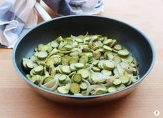 Zucchine+baby+con+cipolla+saltate+in+padella