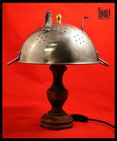 Realizzata con parti di lampada e scolapasta Think Up