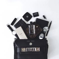 What's in my bag - flatlay Inspiration. What In My Bag, What's In Your Bag, B&w Tumblr, Fred Instagram, Bobbi Brown, Inside My Bag, Flat Lay Inspiration, What's In My Purse, Flat Lay Photography