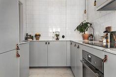13 tricks to have a luxury kitchen - Home Design & Interior Ideas Kitchen Interior, New Kitchen, Room Interior, Kitchen Dining, Kitchen Decor, Basic Kitchen, Grey Kitchens, Home Kitchens, Grey Kitchen Cabinets