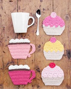 Crochet Dresses Design Breakfast Cupcakes - Crocheted coasters with cup and cupcake. Piece is crocheted in DROPS Paris. - Free pattern by DROPS Design - Cupcake Crochet, Crochet Food, Crochet Kitchen, Crochet Gifts, Crochet Motifs, Crochet Stitch, Free Crochet, Knit Crochet, Doilies Crochet
