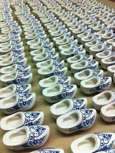 ♥ ~ ♥ Blue and White ♥ ~ ♥ Delft -style painted Klompen (wooden shoes) Dutch Wooden Shoes, Wooden Clogs, Chinoiserie Chic, Blue And White China, Pottery Making, Clogs Shoes, White Decor, Delft, Windmill