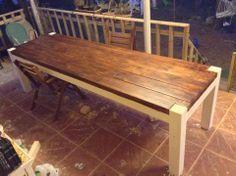 Tavolo per esterno in legno massello di abete, un fai da te dal risultato sorprendente. Il contrasto dei colori da un risalto al piano e alle sue venature