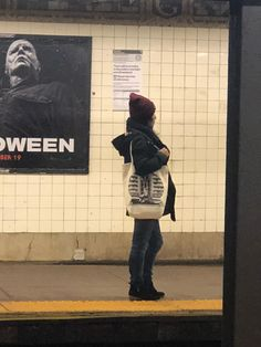 Just a girl and her tote. Muslim Girls Photos, Girl Photos, Central Park, Tote Bag, Fashion, Girl Pics, Moda, Pictures Of Girls, La Mode