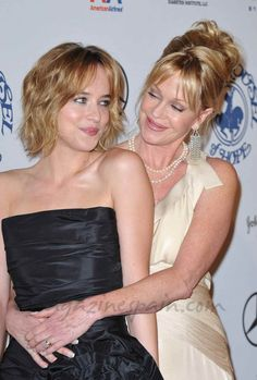 Dakota Johnsson con su madre Melanie Griffith