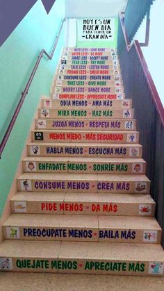 Escaleras con mensajes positivos Flipped Classroom, Spanish Classroom, Class Decoration, School Decorations, Words To Describe Someone, School Bathroom, Spanish Lesson Plans, Classroom Language, Teaching Activities