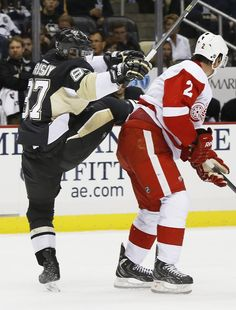 Sidney Crosby gets tangled up with Brendan Smith during the preseason game against the Wings (captainmoonwalk.tumblr.com)