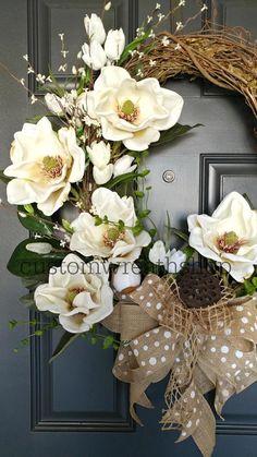 Spring wreath for the front door - super cute - love the burlap & flowers Spring Front Door Wreaths, Fall Wreaths, Christmas Wreaths, Diy Wreath, Grapevine Wreath, Pink Christmas Decorations, Magnolia Wreath, Summer Wreath, Grape Vines