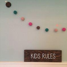 Guirlanda de Bolinhas de Feltro Combinação Rosa e Verde e plaquinha personalizável de madeira para decoração de quartos e festas infantis