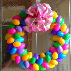 Easter Egg Wreath - Plastic Easter eggs from Dollar Store. Spring Crafts, Holiday Crafts, Holiday Fun, Diy Christmas, Festive, Dollar Store Crafts, Dollar Stores, Do It Yourself Baby, Diy Ostern