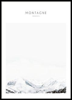 Poster mit Fotokunst mit schönem Naturmotiv eines schneebedeckten Berges. Macht in einem schwarzen Bilderrahmen und zusammen mit anderen Postern mit Naturmotiven und Fotografien von Natur, Bergen oder Wäldern aus der gleichen Serie eine gute Figur. www.desenio.de