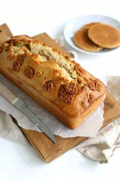 Stroopwafel-bananenbrood - Lekker en Simpel Best Banana Bread, Banana Bread Recipes, Dutch Recipes, Sweet Recipes, Stroopwafel Recipe, Good Food, Yummy Food, Just Cakes, Pancakes And Waffles