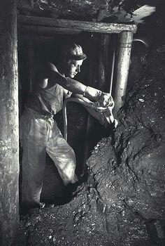 Aan het werk. Hard Working Man, Coal Miners, Personal Investigation, Mina, Photographs Of People, Foto Art, Weird World, Story Inspiration, Worlds Of Fun