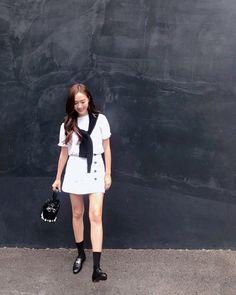 Jesscia Jung Style - Cardigan over Shoulders