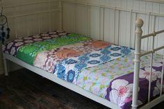 Bedspread made of vintage duvet covers. Kids Bedroom, Bedroom Decor, Bed Spreads, Duvet Covers, Toddler Bed, Bedroom Inspiration, Retro, Blankets, Modern