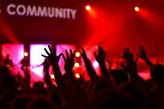 Een online gemeenschap kan fungeren als een informatiesysteem waar de leden kunnen posten, discussiëren, adviseren of samenwerken.