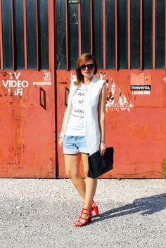 http://amemipiacecosi.blogspot.it/2014/08/outfit-gilet-bianco-e-shorts-in-denim.html  #outfit #gilet #vest #waistcoat #white #levis501 #shirt #denimshorts #shorts #levisshorts #levis #redsandals #rockstud #ootd #wiw #summerlook #summer #whitelook #maxiclutch
